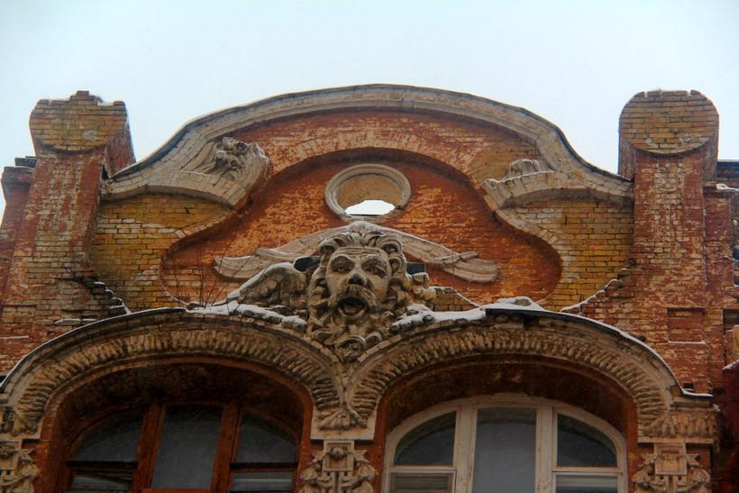 маскарон с открытым ртом на фасаде, символизирующий зашифрованный древнегреческий миф о Кроносе и Зевсе.