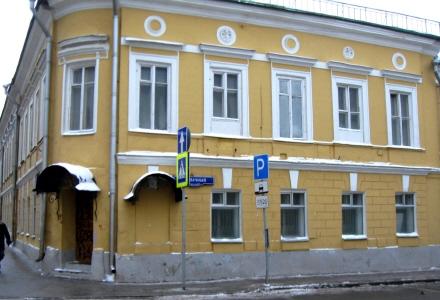 4 Покровка, 10. Дом был построен полковником А.Н.Озеровым в 1802 г. В 1830-х гг. на первом этаже его находилась Покровская аптека Миндера.